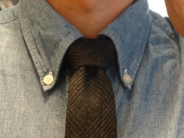結び目が三角になり、ボリュームもあまり出ないので私もこれにしてます。一番上のボタンをはずしてタイを緩めてボタンダウンシャツと合わせるようにしてます。
